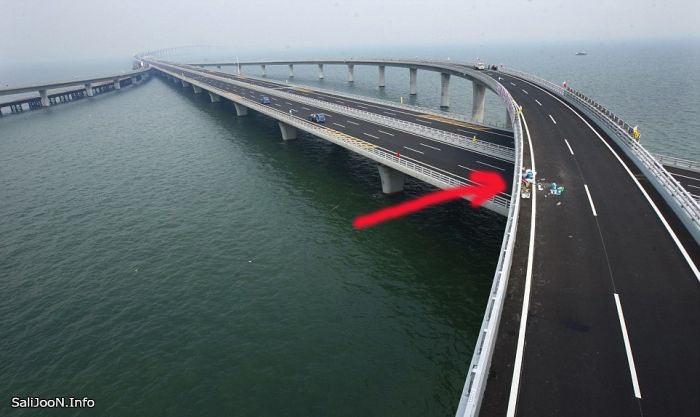 نشانگر سرخ رنگ نشان دهنده ی کیسه ی زباله ای است که یک شهروند برای افتتاح رسمی پروژه بر روی پل پرت کرده است .